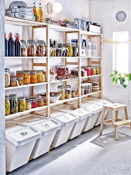 Despensa amplia con estanterías de Ikea