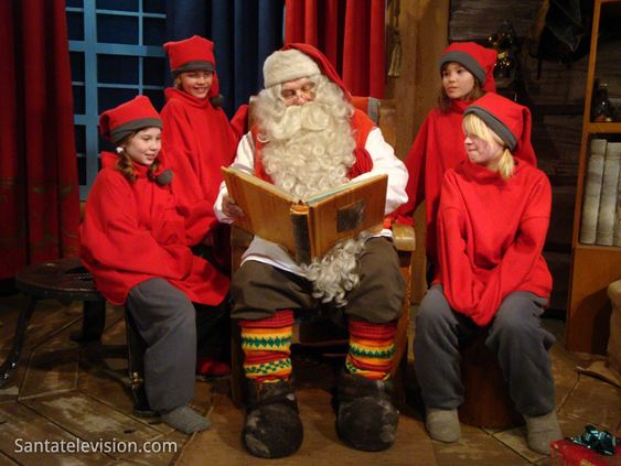 Papai Noel e os seus elfos na Oficina do Papai Noel em Rovaniemi na Finlândia