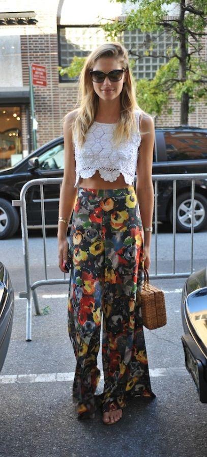 Top dentelle blanche, Marley crochet, pantalon large et fluide avec des motifs fleuris, tenue colorée