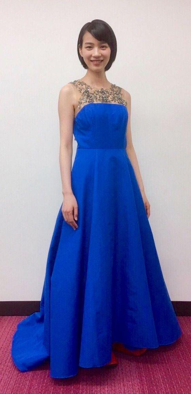 青いドレス姿の能年玲奈