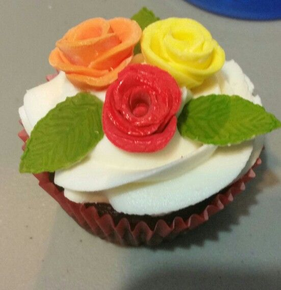Cupcakes for my cousin's 15. Buttercream frosting and fondant roses. Made 200 of these babies!!  Oct-31-15 Cupcakes que hice para la quinceañera de mi prima. Las Rosas son de fondant. Hice 200 !