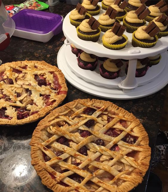 Apple Blackberry Pies and Kit Kat Caramel Cupcakes. Busy day baking! Trying out some new lattices.  #fallpies #dessertstagram #applepie #kitkat #cupcakes #pie