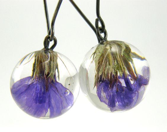 Diese Ohrringe sind aus transparentem Harz, oxidiertem Silber und delikaten lila Strandflieder Blumen gemacht.  Trotz ihrer Größe sind die Ohrring...