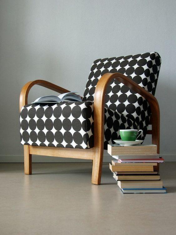 vintage sessel design gepunkt elegant bücher schwarz weiß