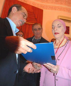 El director de BOHEMIA le entrega el documento a la Prima Ballerina Ossoluta