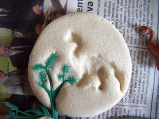 Hacemos fósiles:Primero se hace la masa de sal, mezclando 3 partes de harina, 1 de sal y una de agua.  Se recortan unos círculos y usando unos dinosaurios y unas plantas de plástico, presionamos en la masa para dejar la huella.