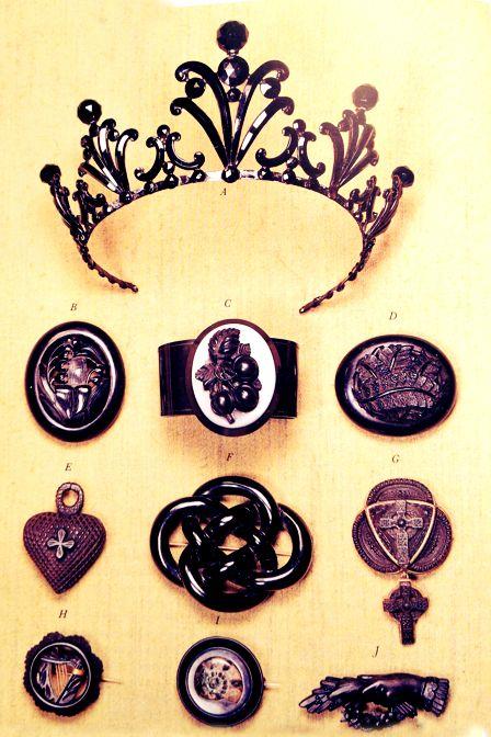 Raccolta di gioielli da lutto in giaietto e in pasta di vetro