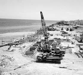 """#Malecon #Habana - La construcción del Malecón de #LaHabana comenzó en 1901. El Malecón existe porque en los principios del siglo 20 los edificios a lo largo de la carretera costera, en aquel entonces deteriorada, estaba constantemente afectada por los sistemas meteorológicos del norte y los """"barrios"""" del norte de la ciudad se inundaban con frecuencia durante los meses de invierno. www.ElMalecón.com"""
