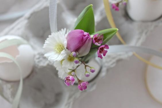 You will LOVE this.  Maybe too late for Easter, but how about for birthday parties or weddings or baby showers?  I think it is  one of the prettiest uses for eggshells I've ever seen.