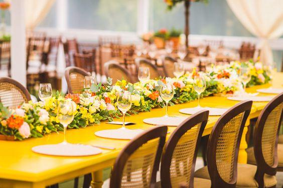 """Realizar um casamento em casa ou na chácara/sítio da família tem seus """"prós e contras""""! O mais legal é que os noivos podem escolher a data que quiserem, afinal, todos os finais de semana são deles,..."""