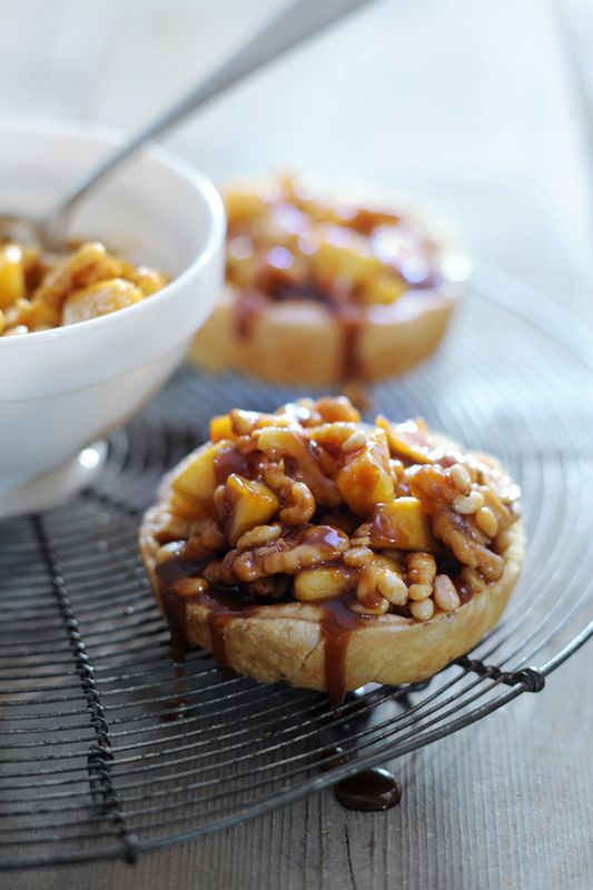 taartje van appel, noten, pijnboompitten en rozijnen met nougat-saus