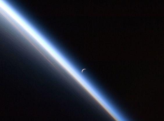 Wir verabschieden uns für heute mit dieser Aufnahme des aufgehenden Mondes - einem Klassiker aus dem #ISS-Archiv. Bild: NASA