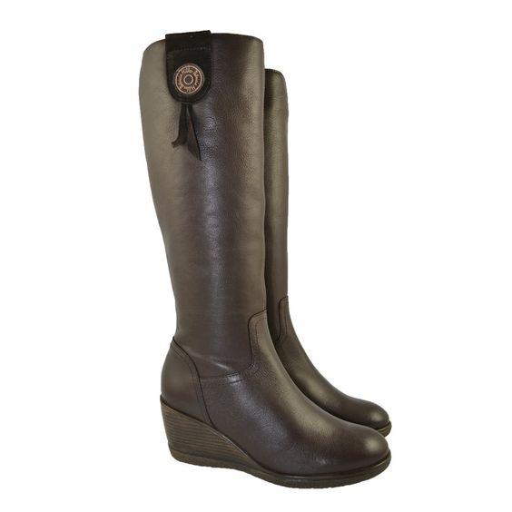 Botas con cuña alta de 6cm. de piel sauvage moka con corte de 38cm. de caña con adorno de botón de la marca española PATRICIA MILLER.
