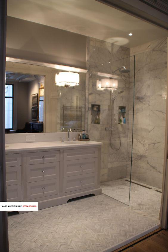 de maatwerk badkamerkast van de andere zijde met aanzicht op de douche met schitterende tegels. Black Bedroom Furniture Sets. Home Design Ideas