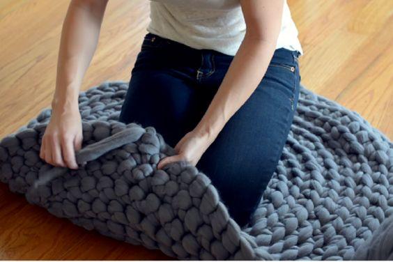 Fabriquez un tapis en laine géante seulement qu'avec des noeuds! Sans tricot, ni crochet!