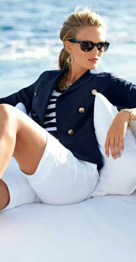 Saco azul marino/short blanco/blusa a rayas: