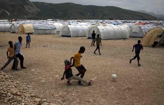 jogando futebol (campo de refugiados de vitimas do terremoto no Haiti, perto de Port-au-Prince)