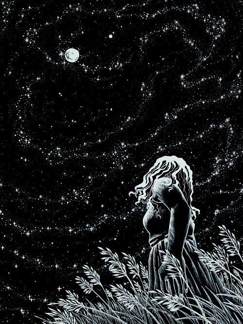 Garota olhando a lua e o céu estrelhado.