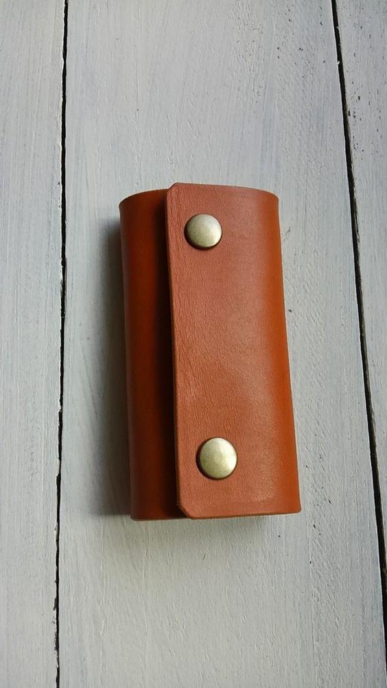 とてもシンプルなキーケースが出来上がりました。色はキャメル。金具は4連。金具を取り付ける部分にのみステッチが入っています。厚みのある革を使用していますが、毎日...|ハンドメイド、手作り、手仕事品の通販・販売・購入ならCreema。