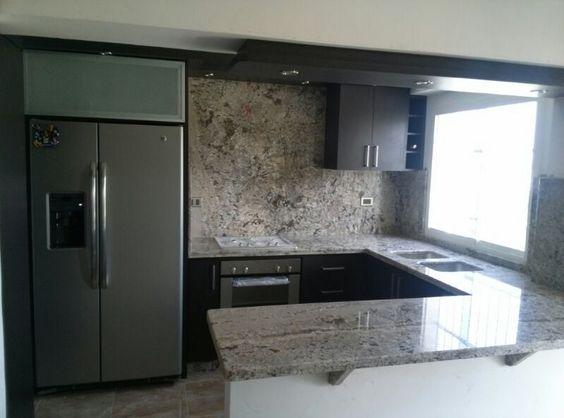 Hermosa cocina color wengu con tope de granito color for Granito para cocina colores