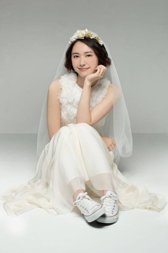 森山みくり白いスニーカーにドレス姿がかわいい