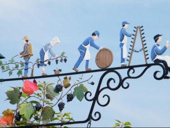 Le charmant village d'Hauvillers recense cinq villages en jumelages . Dont :Eguishein en 1966 Kiedrich en 1981 Baulieu(village anglais ) en 1984 Bulci-bata en 1989 san Giovanni d'Asso en 2007 suite des enseignes qui ornent les maisons du village