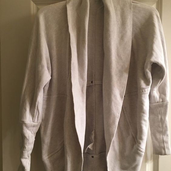 Aritzia Wilfred sweater xxs Aritzia Wilfred sweater in whites used condition may need some tlc Aritzia Sweaters Cardigans
