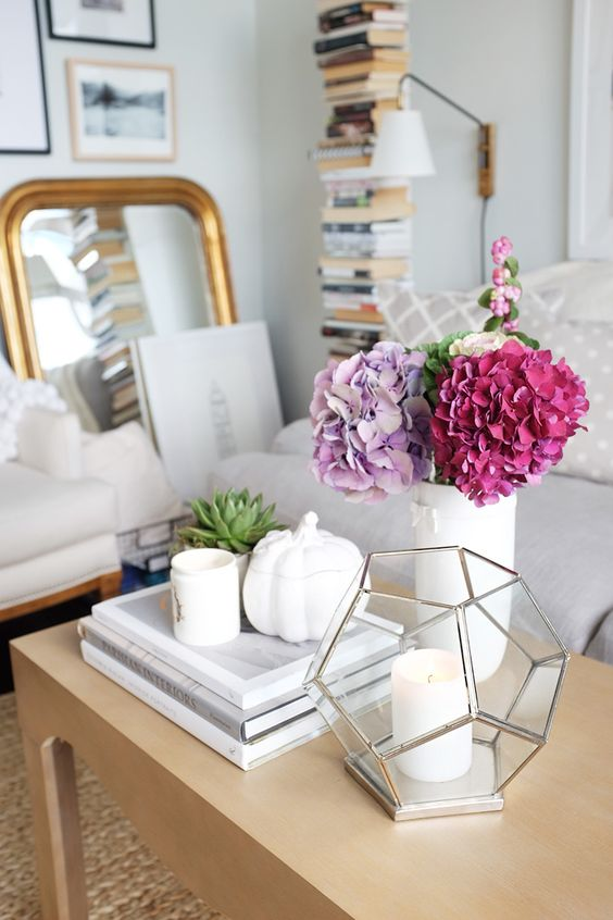5 Quick Ways to Bring Fall Into Your Home // coffee table styling // small spaces: