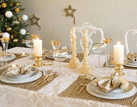 Decoración mesa: Juego de manteles individuales dorados sobre uno grande en crudo.
