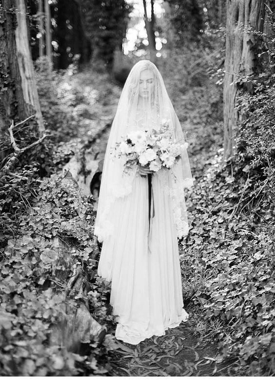 Enchanted forest bride inspirations, photo: Michael Radford, dress: Alexandra Grecco   www.hochzeitsguide.com