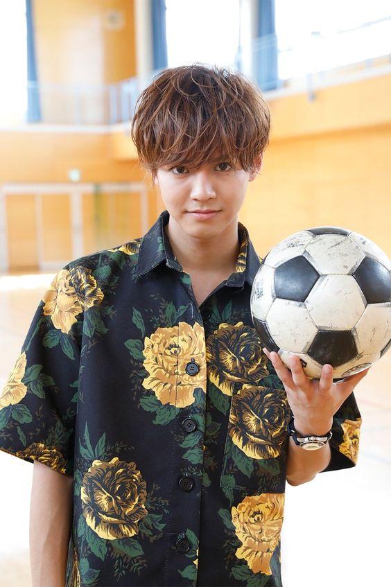 サッカーボールを持つ片寄涼太
