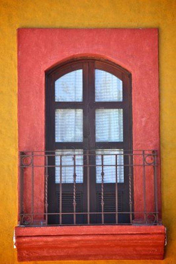 Ventana tradicional y balcón, México