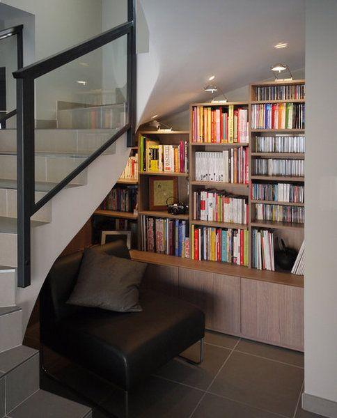 Un Coin Lecture Sous La Pente De L Escalier Bibliotheque Sous