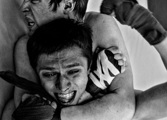 """Fotógrafa russa passou uma semana com o clube """"Família Ronin"""", onde qualquer homem comum pode bater e apanhar tanto quanto conseguir aguentar."""