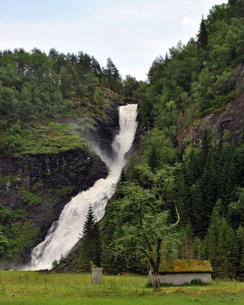 Huldefossen,Norge By (Knut P. Bøyum)