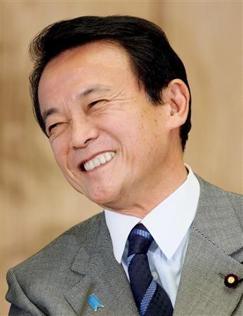 ニコやかと笑う麻生太郎