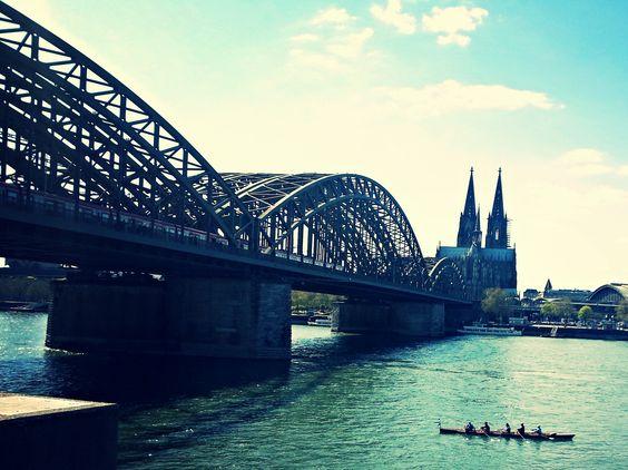 Ruderer unter der Hohenzollernbrücke #Köln #Dom #Hohenzollernbrücke #Rhein