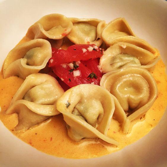 Tortellini recheado com flor de abobrinha e gorgonzola,  tomate confitado e molho de gorgonzola e chilli.