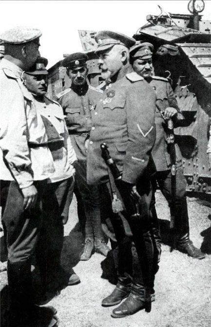 Генерал А.И. Деникин среди танкистов.