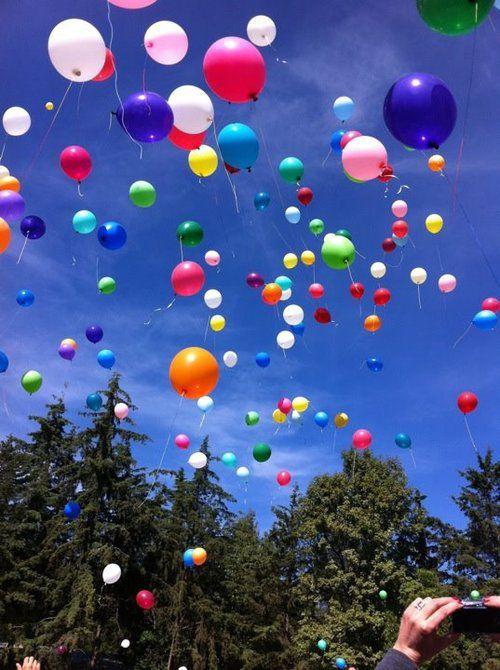 Balões sob céu azul