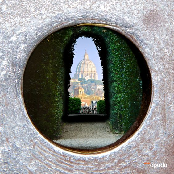 The Aventine Keyhole in Rome with amazing view on the St. Peter's Dome. // Das berühmteste Schlüsselloch Roms mit Blick auf den Petersdom.
