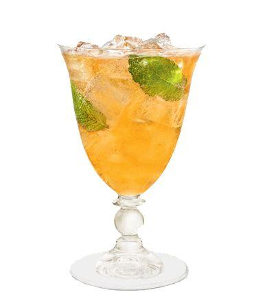 COINTREAU FIZZ MINT TEA  - 5 cl Cointreau  - 2 cl frischer Limettensaft  - 5 cl kalter schwarzer Tee  - 3 frische Minzblätter  - 5 cl sprudelndes Mineralwasser    In das Mixglas eines Boston-Shakers Cointreau, Tee, Limettensaft und Minzblätter hineingeben. Mit Eis auffüllen. So lange shaken, bis der Metallbecher beschlägt. In das Glas über Eis abseihen und mit sprudelndem Mineralwasser auffüllen.  Mit Minzblättern garnieren.