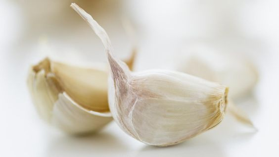 A single clove of garlic is equal to 1/2 teaspoon of minced garlic, which is the same as 1 teaspoon of chopped garlic. If the cook only has dry garlic, she should use 1/8 teaspoon of garlic powder or...