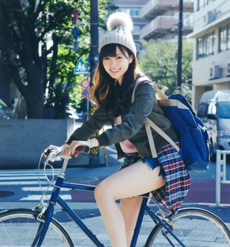 自転車に乗る白石麻衣