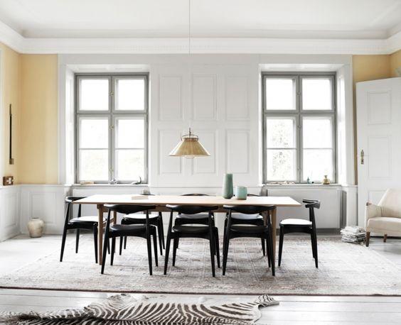 Mesa de comedor junto a sillas elbow.