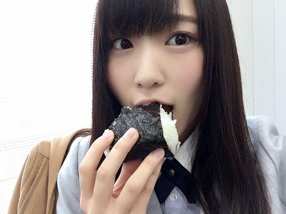 おにぎりを食べる菅井友香