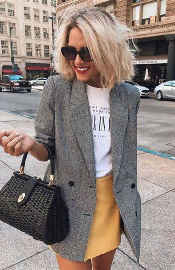 Blazer cinza xadrez: como aproveitar essa tendência em infinitos looks. T-shirt branca, minissaia amarela