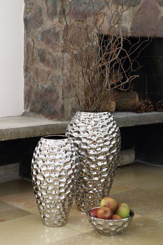 Bodenvase BORA von Fink ist aus Keramik in gehämmerter Optik gefertigt. Die Keramikvase BORA ist in zwei Größen verfügbar: