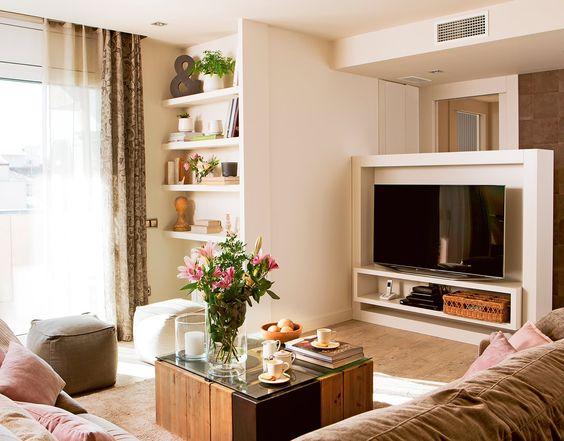 Detalle de mueble del televisor a medida con zona baldas y sofás en primer plano