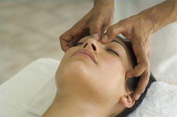 Cómo eliminar la congestión nasal y los dolores de cabeza con masajes | eHow en Español